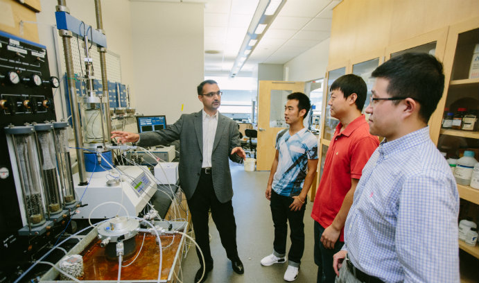 Muhannad Suleiman in lab with students at Lehigh University
