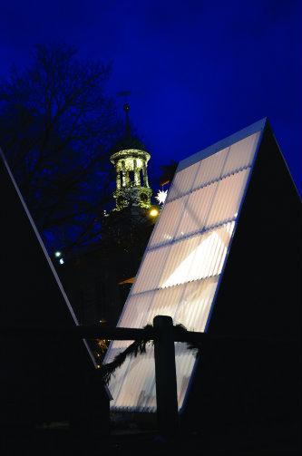 Nik Nikolov's Weihnacht hut lit up at night.