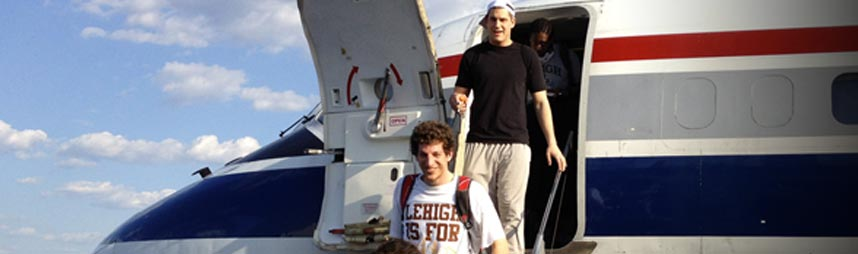 Lehigh basketball players getting off a plane