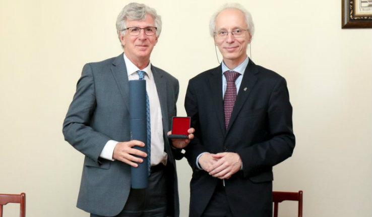 Lehigh President John D. Simon receives a silver Plus ratio quam vis medal
